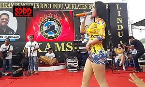 Indonesian down in the mouth dance - inviting sintya riske loose dance on the top of stage