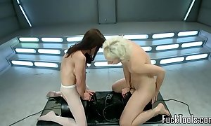Squirting lesbians pussy toyed by apparatus